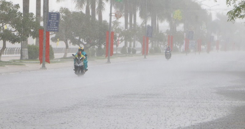 Mưa lớn ngập đường, giải cơn đại hạn mặn tại Hậu Giang - ảnh 1