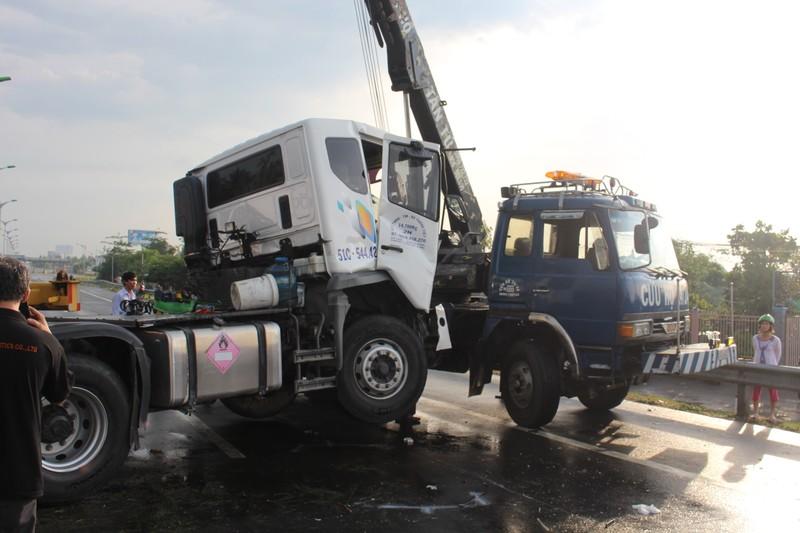 Xe container mất lái chắn ngang QL1A gây ách tắc giao thông - ảnh 4