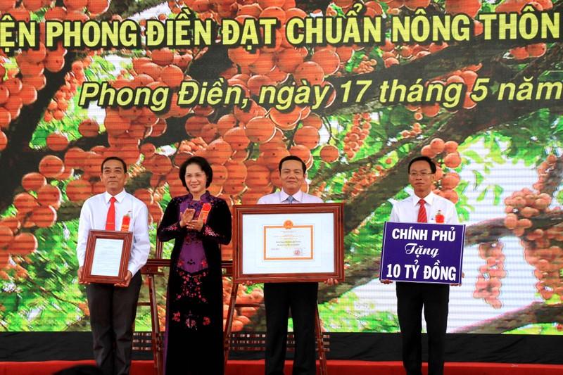 Chủ tịch Quốc hội trao bằng công nhận huyện nông thôn mới  - ảnh 1