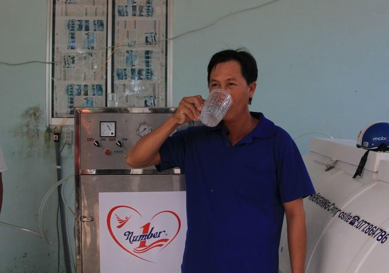 Trao 10 máy lọc nước ngọt trên 2,1 tỉ đồng cho người nghèo vùng hạn, mặn - ảnh 1