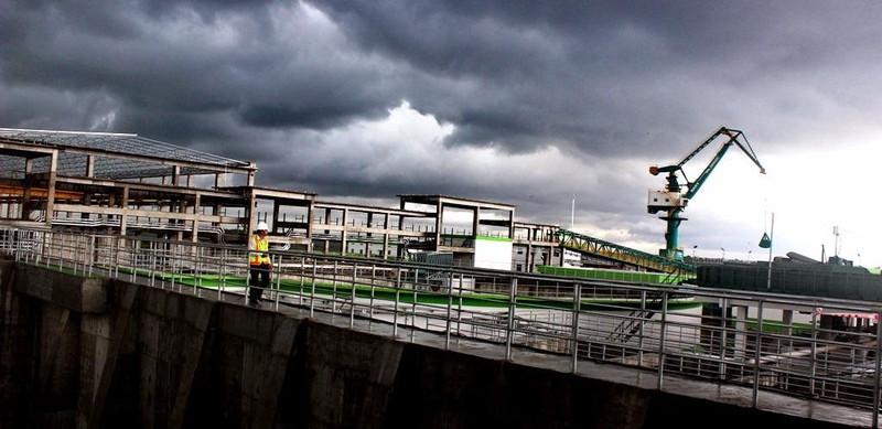 Dư luận quan ngại nếu không kiểm soát kỹ vấn đề xả thải ra sông Hậu của nhà máy giấy Lee&Man Việt Nam sẽ dẫn đến nguy cơ gây ô nhiễm. Ảnh: GIA TUỆ