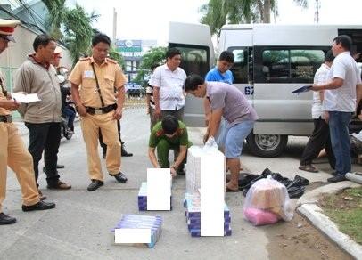 CSGT bắt giữ xe khách chở hơn 1.000 gói thuốc lá lậu - ảnh 1