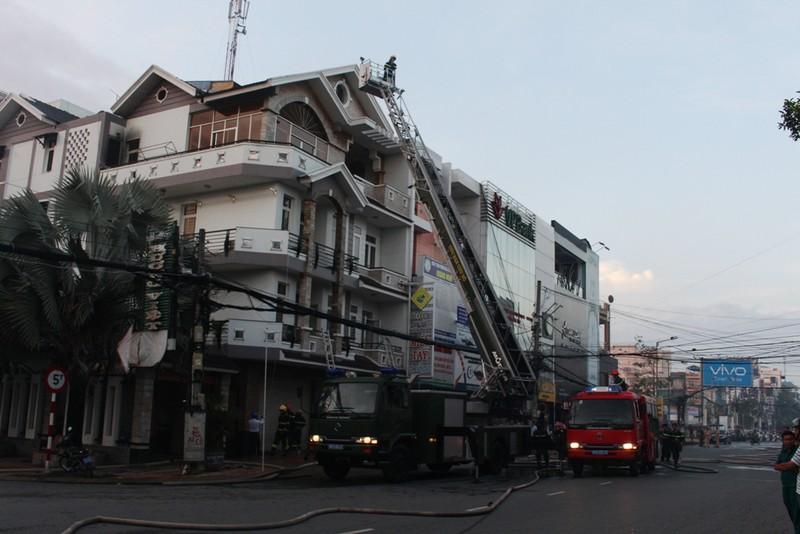 Giải cứu 4 người trong ngôi nhà lầu cháy ngùn ngụt - ảnh 1