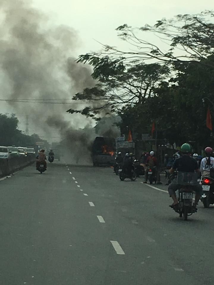 Xe khách bốc cháy dữ dội trên Quốc lộ 1A - ảnh 2