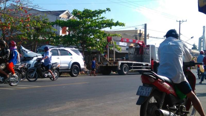 Ô tô 7 chỗ dính chặt vào xe tải đang dừng,  - ảnh 1