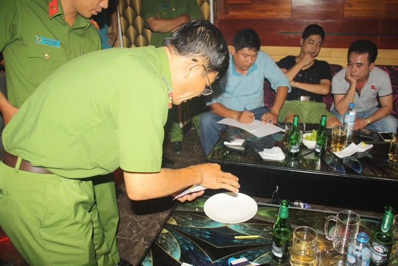17 người  dự 'tiệc' ma túy, một người có thẻ phóng viên - ảnh 1