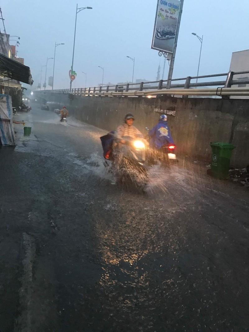 Mưa lớn, TP Cần Thơ gần như chìm trong nước - ảnh 6