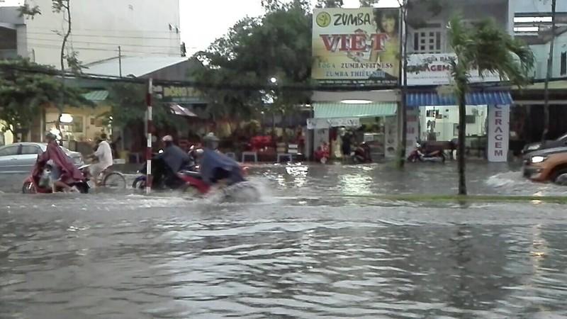 Mưa lớn, TP Cần Thơ gần như chìm trong nước - ảnh 2