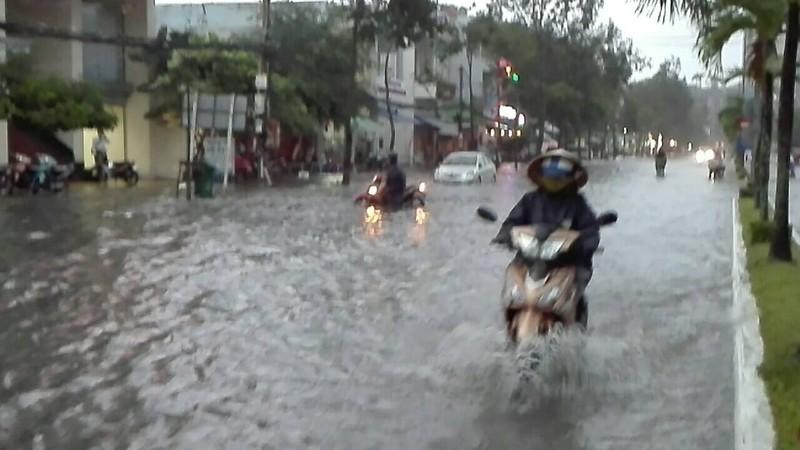 Mưa lớn, TP Cần Thơ gần như chìm trong nước - ảnh 1