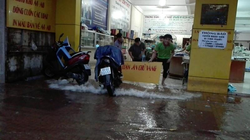 Mưa lớn, TP Cần Thơ gần như chìm trong nước - ảnh 5