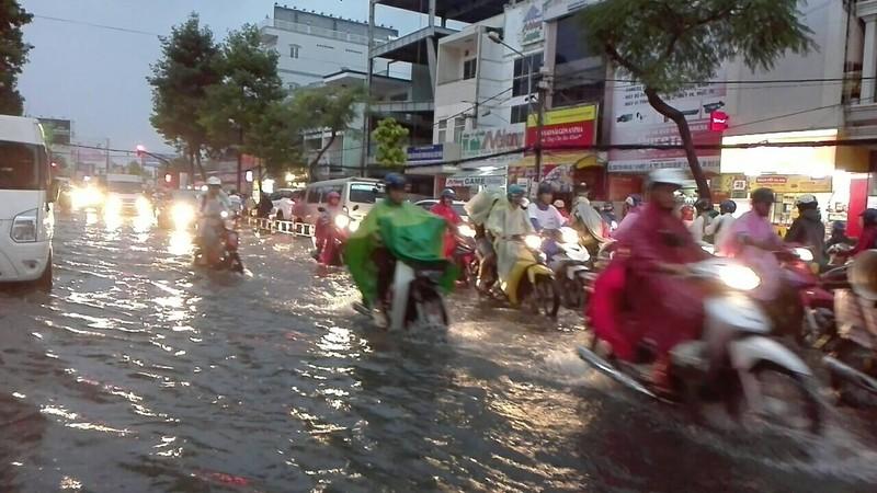 Mưa lớn, TP Cần Thơ gần như chìm trong nước - ảnh 3