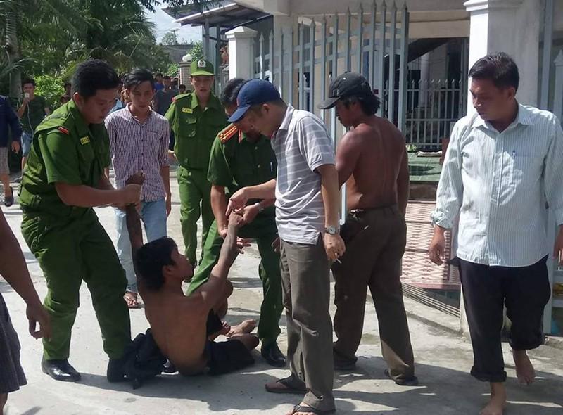 Thanh niên nghi ngáo đá, cố thủ 10 tiếng trên nóc nhà - ảnh 4