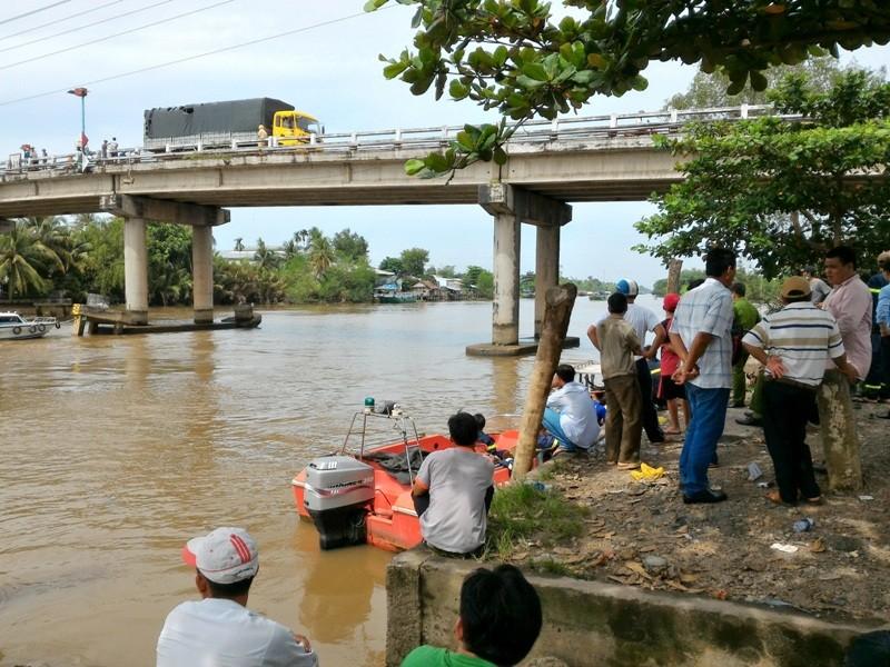 Chìm sà lan ở Tiền Giang, 2 vợ chồng cùng mất tích   - ảnh 2