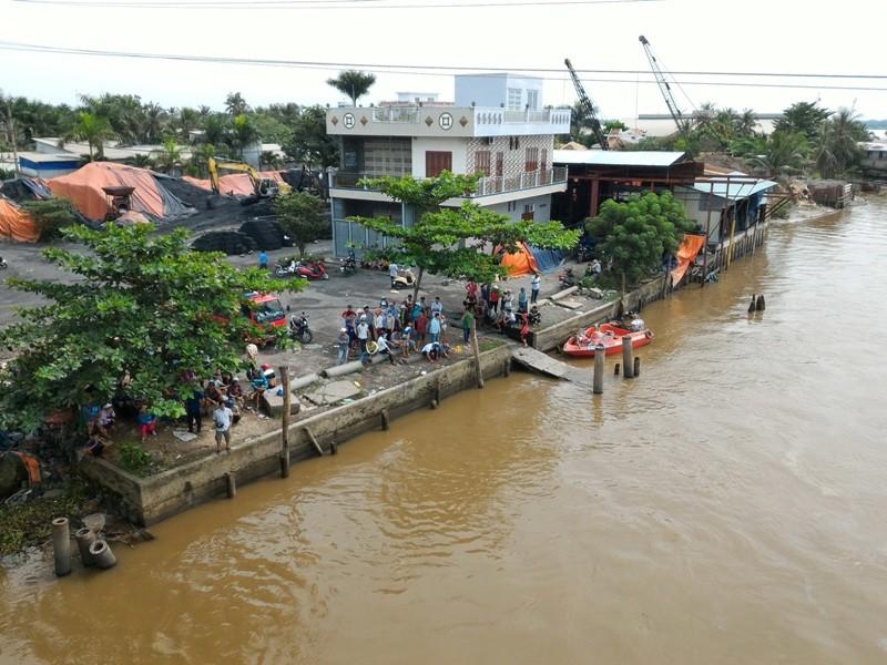 Chìm sà lan ở Tiền Giang, 2 vợ chồng cùng mất tích .