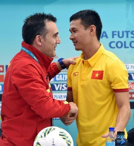 HLV Bruno và đội tuyển Bảo Quân của tuyển Futsal Việt Nam siết chặt tay nhau tự tin trước giờ bóng lăn