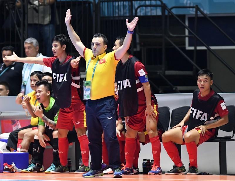 HLV Bruno hạnh phúc với chiến thắng lịch sử của Futsal Việt Nam - ảnh 1