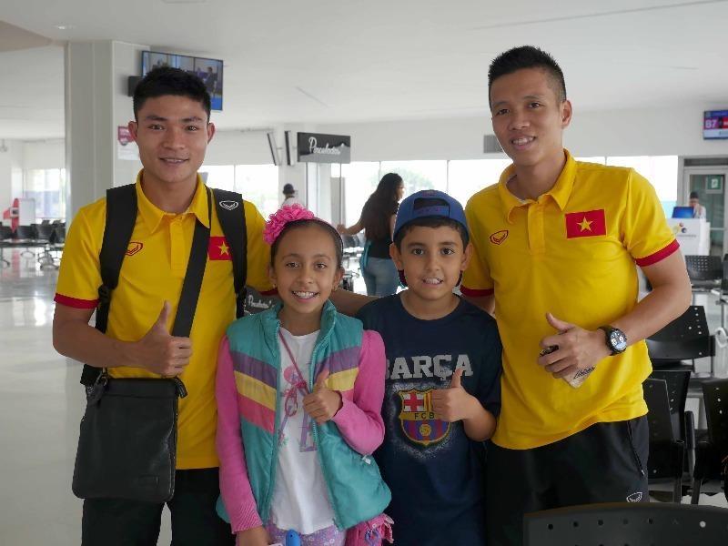 Xuân Du và Văn Vũ vui vẻ chụp hình với CĐV nhí tại sân bay