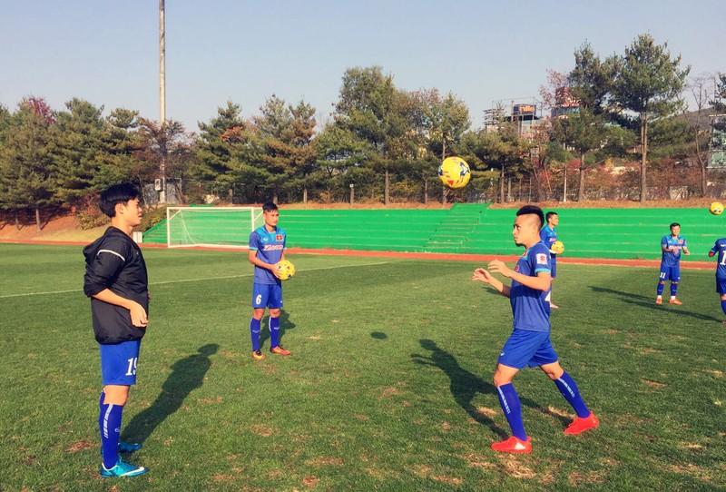 HLV Hữu Thắng cho cầu thủ tập nhẹ tại Trung tâm Paju
