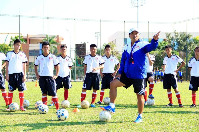 HLV Hoàng Anh Tuấn thay 2 trợ lý  - ảnh 1