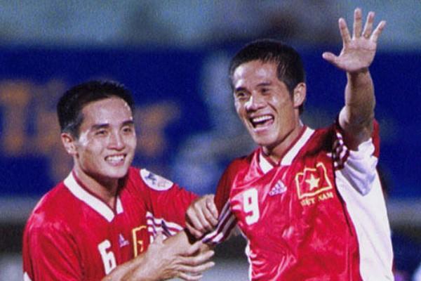 Vũ Công Tuyến (phải) rạng rõ sau khi đốt lưới Indonesia ở Tiger Cup 2000 nhưng đội tuyển Việt Nam thua chung cuộc 2-3