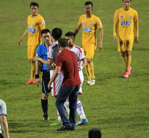 Xử phạt nặng hành vi phản cảm làm cho bóng đá xấu xí - ảnh 2