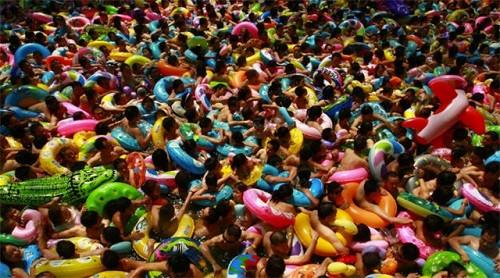 hồ bơi Bắc Kinh đầy nước tiểu