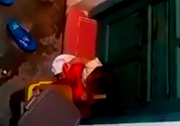 Bé hai tuổi gào khóc, nhặt rác ăn khi bị cô cho đứng ngoài - ảnh 1