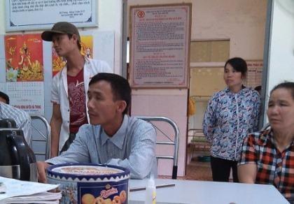 Người thân gia đình chị Trần Thị Lý khiếu nại yêu cầu làm rõ trách nhiệm các y bác sĩ trả bé sinh sinh về lo hậu sự khi còn sống.