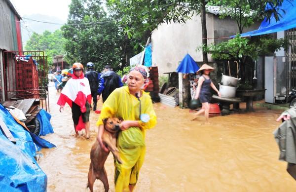 Phó Thủ tướng trực tiếp thị sát tình hình mưa lũ ở Lào Cai - ảnh 1
