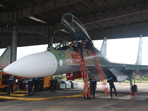 Lực lượng kỹ thuật Trung đoàn 923 và Trung đoàn 927 kiểm tra tình trạng kỹ thuật máy bay
