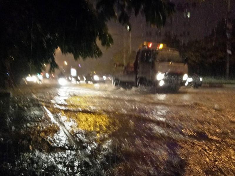 Trung tâm Hà Nội ngập trong biển nước sau cơn mưa kéo dài - ảnh 8