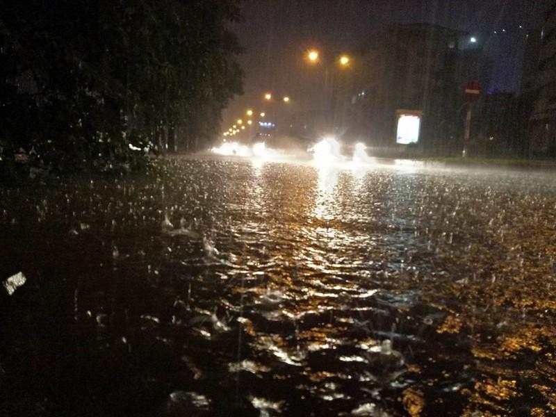 Trung tâm Hà Nội ngập trong biển nước sau cơn mưa kéo dài - ảnh 6