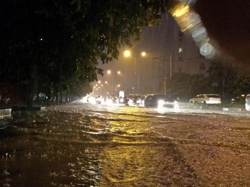 Trung tâm Hà Nội ngập trong biển nước sau cơn mưa kéo dài - ảnh 7