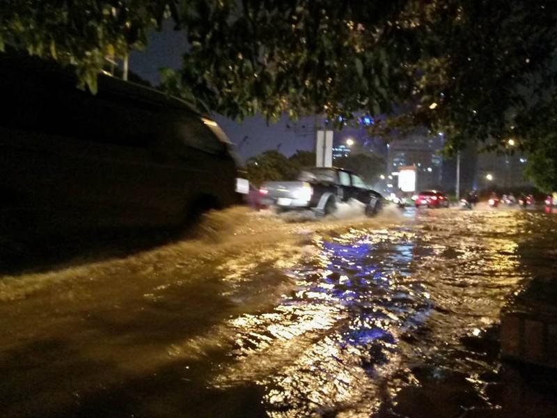 Trung tâm Hà Nội ngập trong biển nước sau cơn mưa kéo dài - ảnh 5