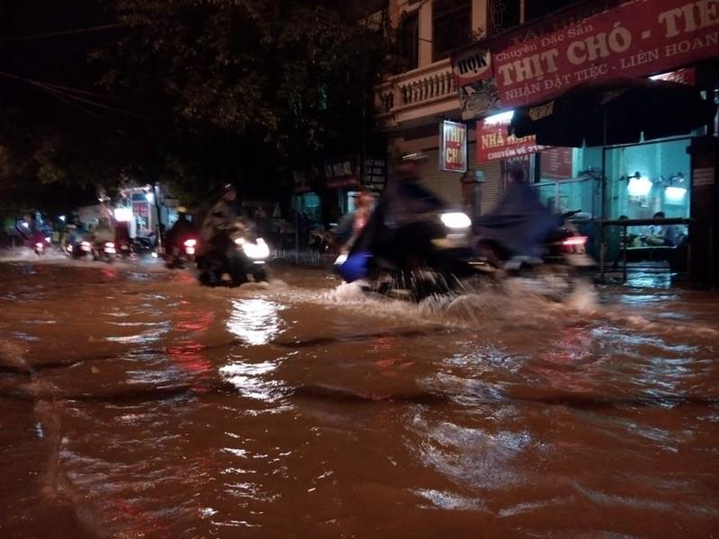 Trung tâm Hà Nội ngập trong biển nước sau cơn mưa kéo dài - ảnh 1