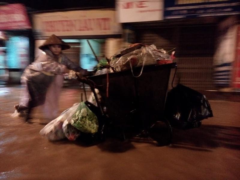 Trung tâm Hà Nội ngập trong biển nước sau cơn mưa kéo dài - ảnh 3