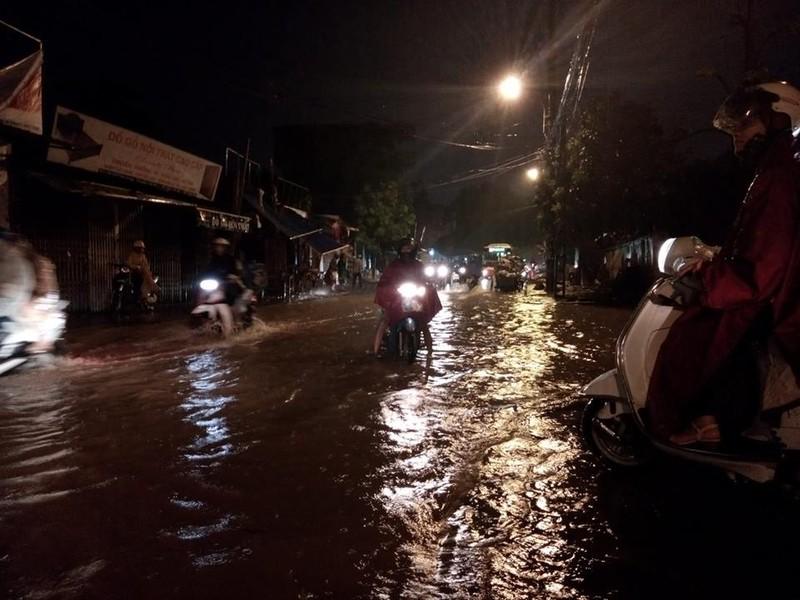 Trung tâm Hà Nội ngập trong biển nước sau cơn mưa kéo dài - ảnh 4