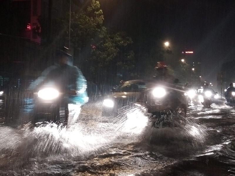 Trung tâm Hà Nội ngập trong biển nước sau cơn mưa kéo dài - ảnh 2