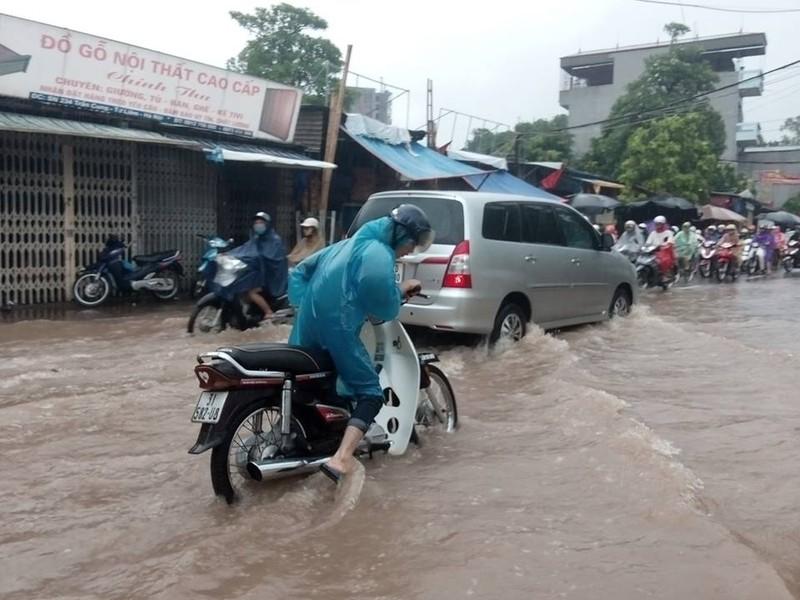 Hà Nội nhiều phố biến thành 'sông' sau cơn mưa kéo dài - ảnh 3