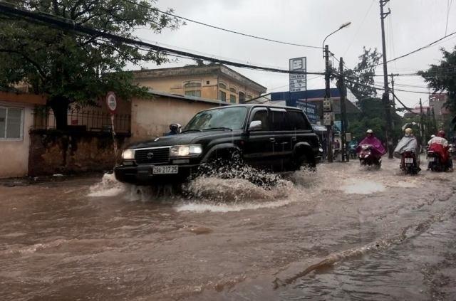 Hà Nội nhiều phố biến thành 'sông' sau cơn mưa kéo dài - ảnh 1