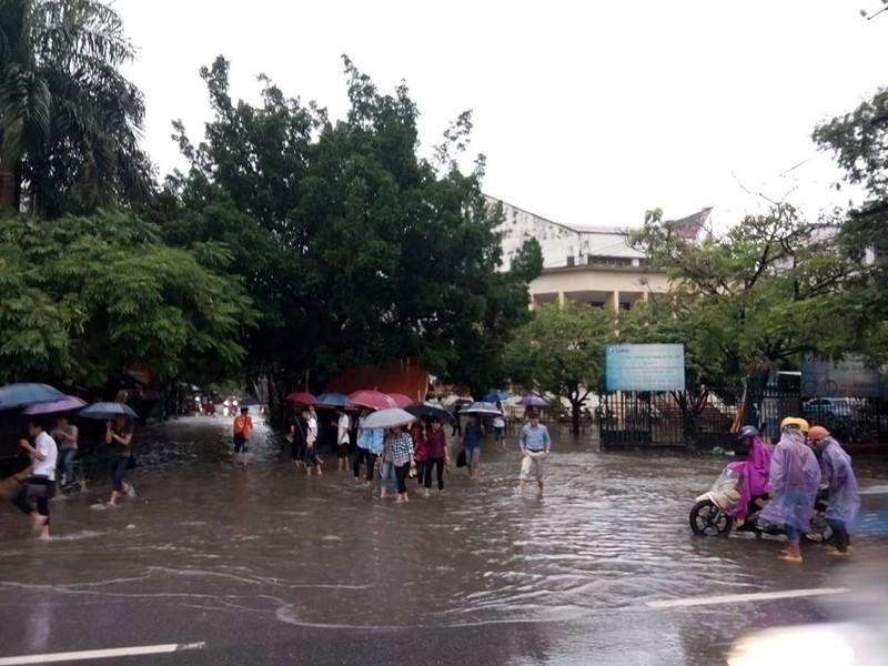 Hà Nội nhiều phố biến thành 'sông' sau cơn mưa kéo dài - ảnh 5