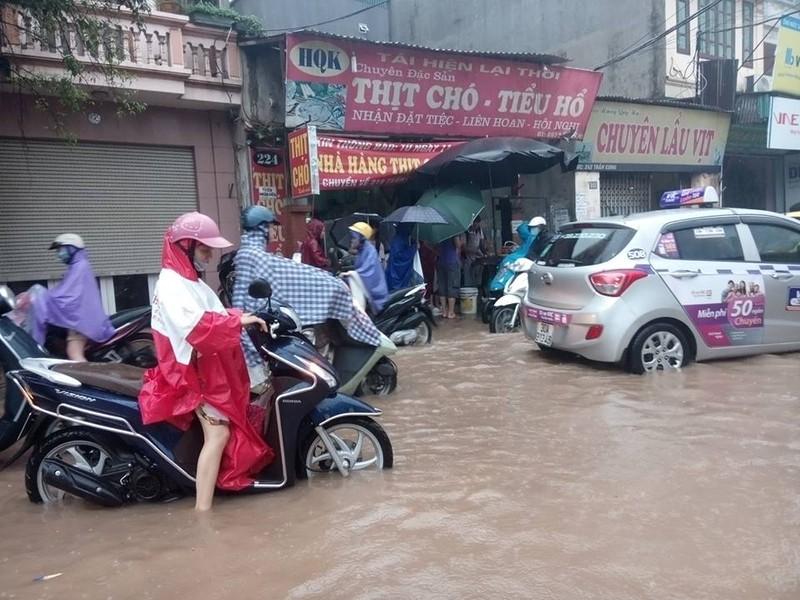 Hà Nội nhiều phố biến thành 'sông' sau cơn mưa kéo dài - ảnh 6