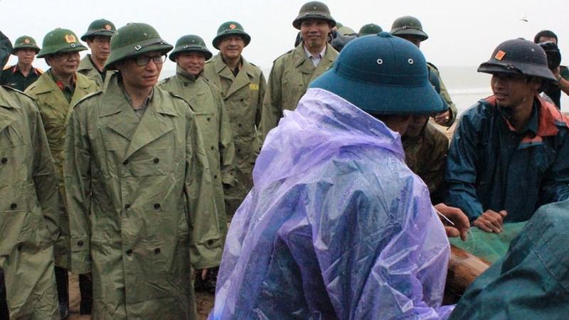 Phó Thủ tướng Vũ Đức Đam trực tiếp đẩy thuyền tránh bão cùng ngư dân - ảnh 2
