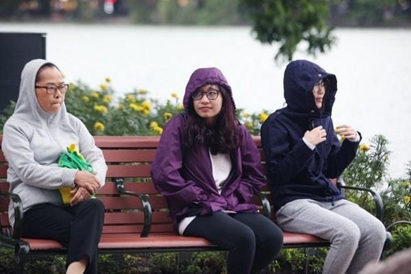 Hà Nội đón gió mùa, TP.HCM tiếp tục mưa lớn - ảnh 1