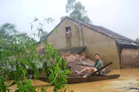 Người dân ở xã Phương Mỹ (huyện Hương Khê, Hà Tĩnh) chạy lũ. Ảnh: Đ. LAM