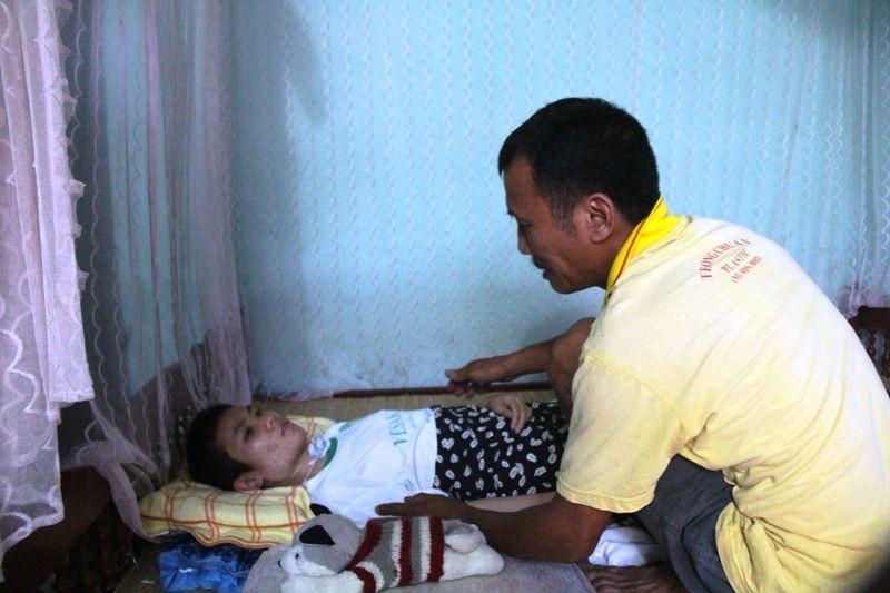 Người cha mang 'án tử' nuôi con bại liệt - ảnh 2