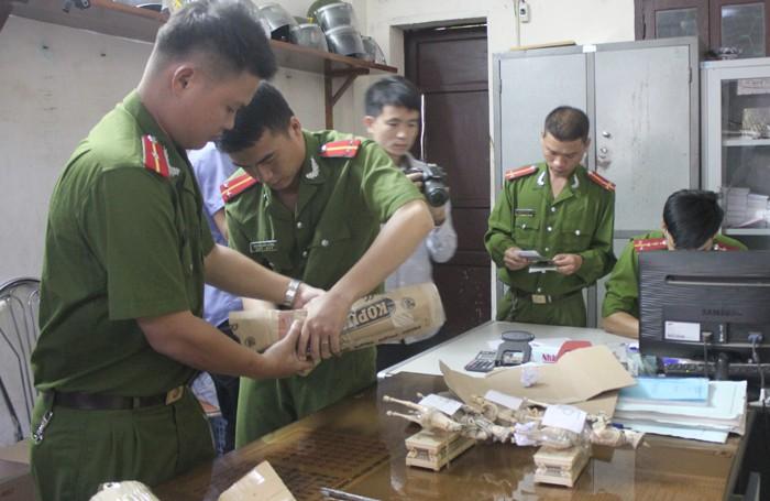 Bắt xe khách biển số Lào chở 10 bức tượng nghi làm bằng ngà voi - ảnh 1