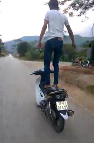 Truy tìm thanh niên liều mạng bỏ tay lái để xe máy tự chạy  - ảnh 2