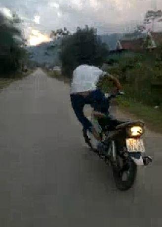 Truy tìm thanh niên liều mạng bỏ tay lái để xe máy tự chạy  - ảnh 3