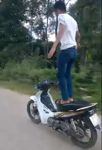 Thanh niên liều mạng bỏ tay lái để xe máy tự chạy đã trình diện - ảnh 1